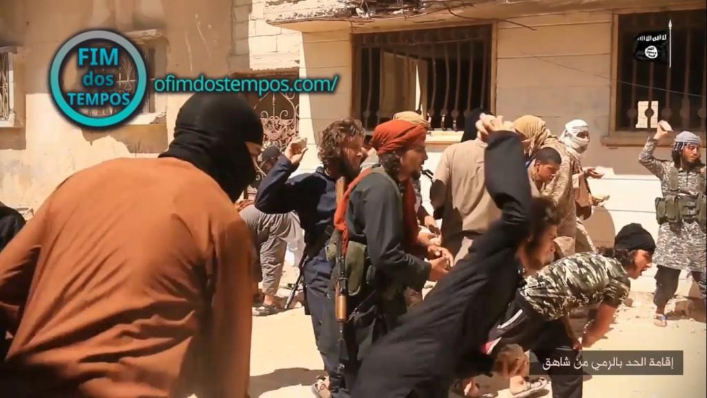 imagens-estado-islamico-joga-dois-2-homossexuais-gays-de-predio-e-os-apedreja-acusados-do-sodomia-na-siria