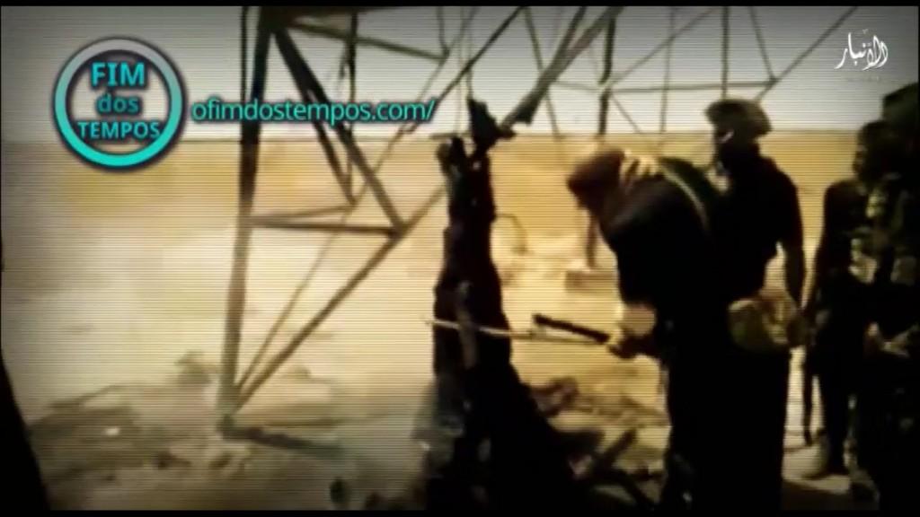 video-estado-islamico-imagem-pessoa-queimada-sendo-fatiada-com-espada