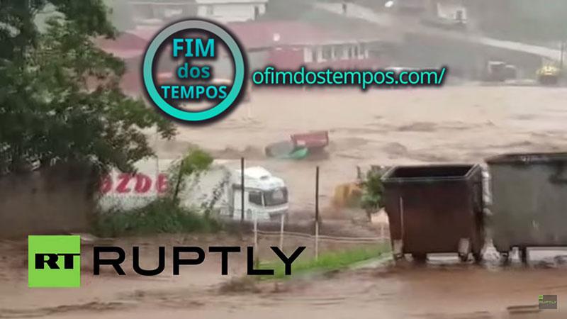 video-grandes-e-graves-inundacoes-matam-pelo-menos-7-pessoas-e-distroi-varios-edificios-ao-norte-de-artvin-na-turquia