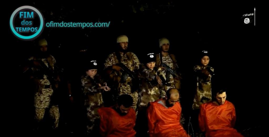 video-tres-criancas-do-estado-islamico-executam-3-prisioneiros-acusados-de-espionagem-em-al-furat-no-iraque